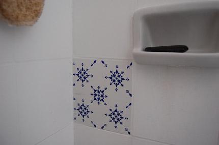 Azulejos de Papel do Grupo Poro numa casa da Serra