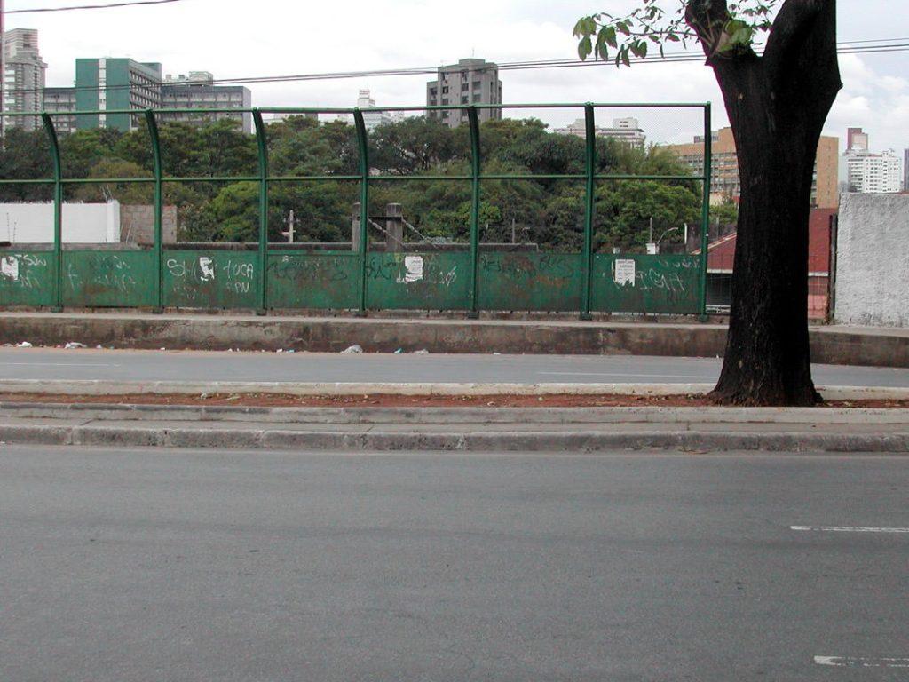 Antes: Canteiro abandonado onde a intervenção foi realizada pelo Grupo Poro