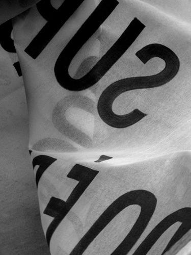 Detalhe de uma faixa de antissinalização, obra do Coletivo Poro