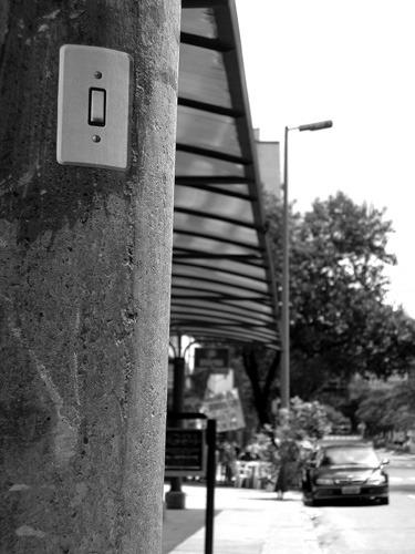 Interruptores para postes de luz, intervervenção urbana do Grupo Poro, realizada em Belo Horizonte no ano de 2005