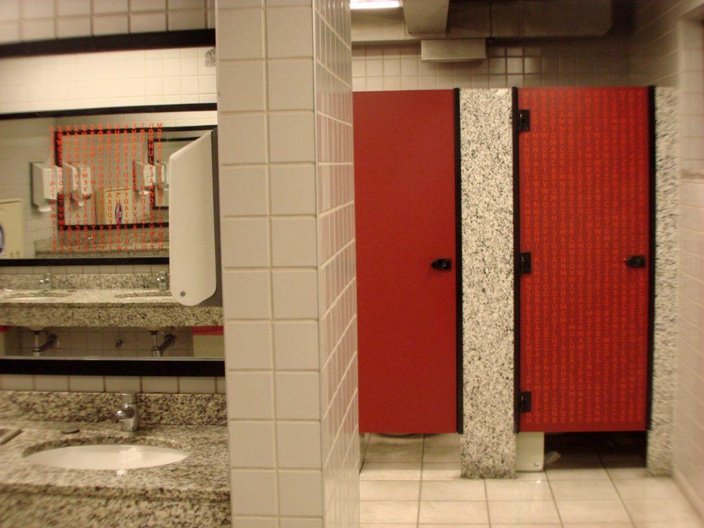 Banheiro com várias instalações de Caça-palavras (Poro)