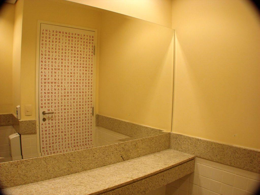 Caça-palavras em portas e espelhos de banheiros do Sesc SP(Poro)