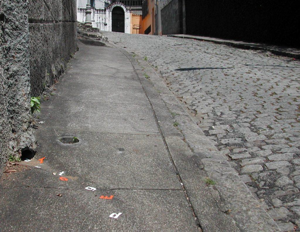 Intervenção urbana Enxurrada de Letras (Poro) em uma rua de Santa Tereza no Rio de Janeiro