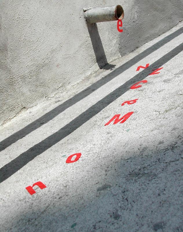 Enxurrada de letras - Intervenção urbana dos artistas do Grupo Poro - Poesia visual