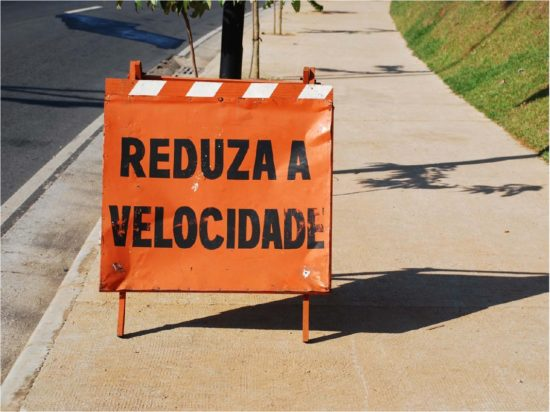 Reduza a velocidade - placa de sinalização na cidade
