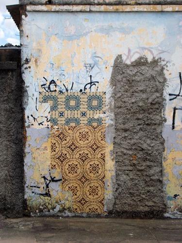 Azulejos de papel, obra de intervenção urbana do Coletivo Poro, realizada no bairro Concórdia em Belo Horizonte, Minas Gerais em 2009
