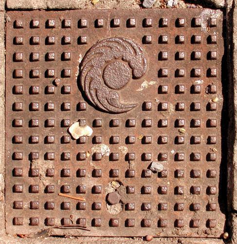Fotografia de bueiro antigo de telefone (Poro)