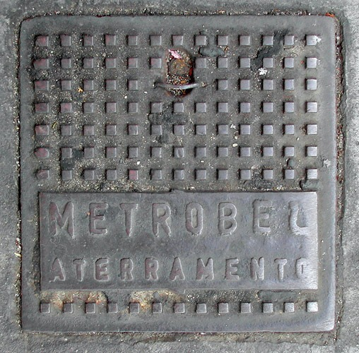 Fotografia de bueiro antigo da Metrobel (Poro)
