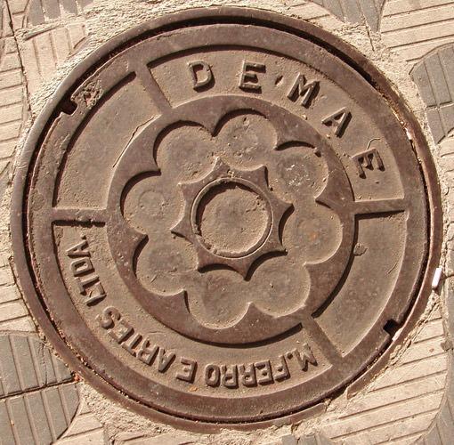 Fotografia de bueiro antigo da Demae (Poro)