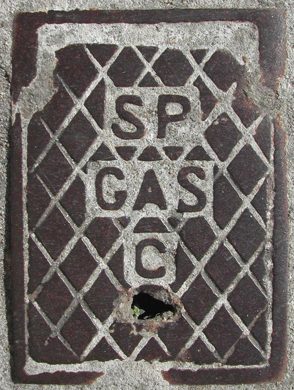 Fotografia de bueiro antigo de Gás em São Paulo (Poro)
