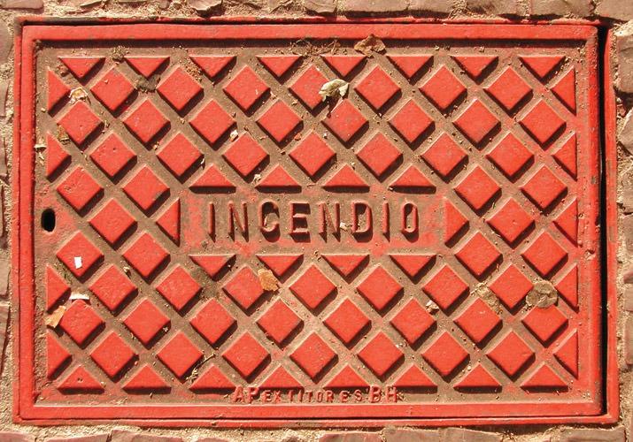 Incêndio - Fotografia de bueiro antigo (Grupo Poro)