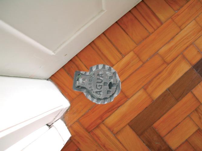 Bueiro aplicado em espaço interno de uma casa pelo Poro