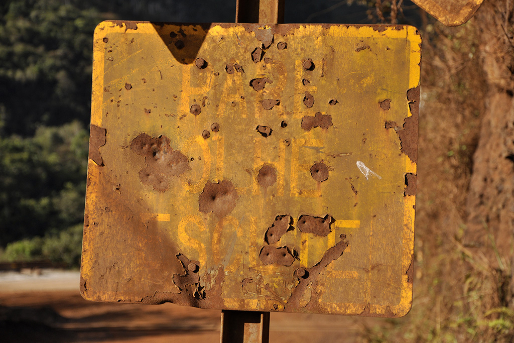 Pare, olhe, escute - Placa de ferrovia em Minas Gerais (Grupo Poro)