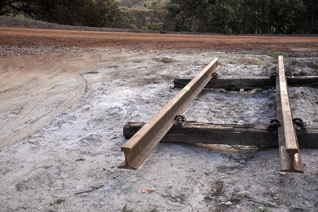 Pedaço de linha de ferro em Minas Gerais (Poro)