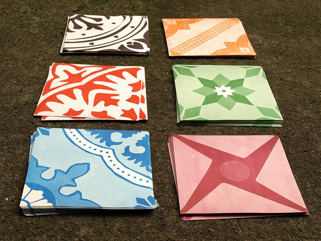 Azulejos de papel: impressos em papel jornal em 1 cor no tamanho real de um azulejo (Grupo Poro)