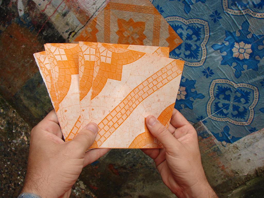 Azulejos de papel: criamos esse trabalho pensando como seria um azulejo panfletável... (Grupo Poro)