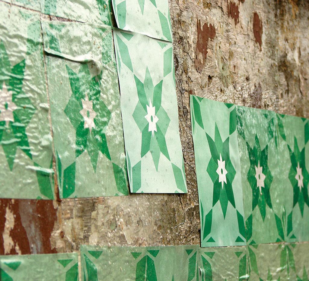 Detalhe da intervenção urbana Azulejos de Papel do Poro, coletivo de arte de Belo Horizonte