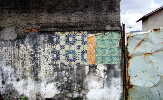 Azulejos de Papel foram instalados pelo Grupo Poro em muros de lotes abandonados