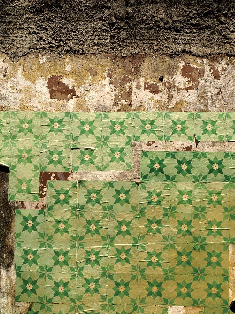 Muro de lote abandonado com a intervenção Azulejos de Papel do Grupo Poro