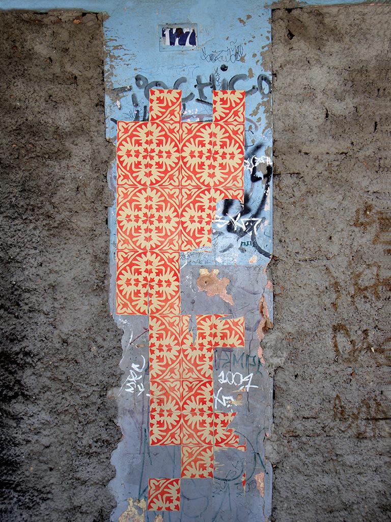 A fachada de casas abandonadas de diversas cidades receberam a intervenção urbana Azulejos de Papel do Grupo Poro