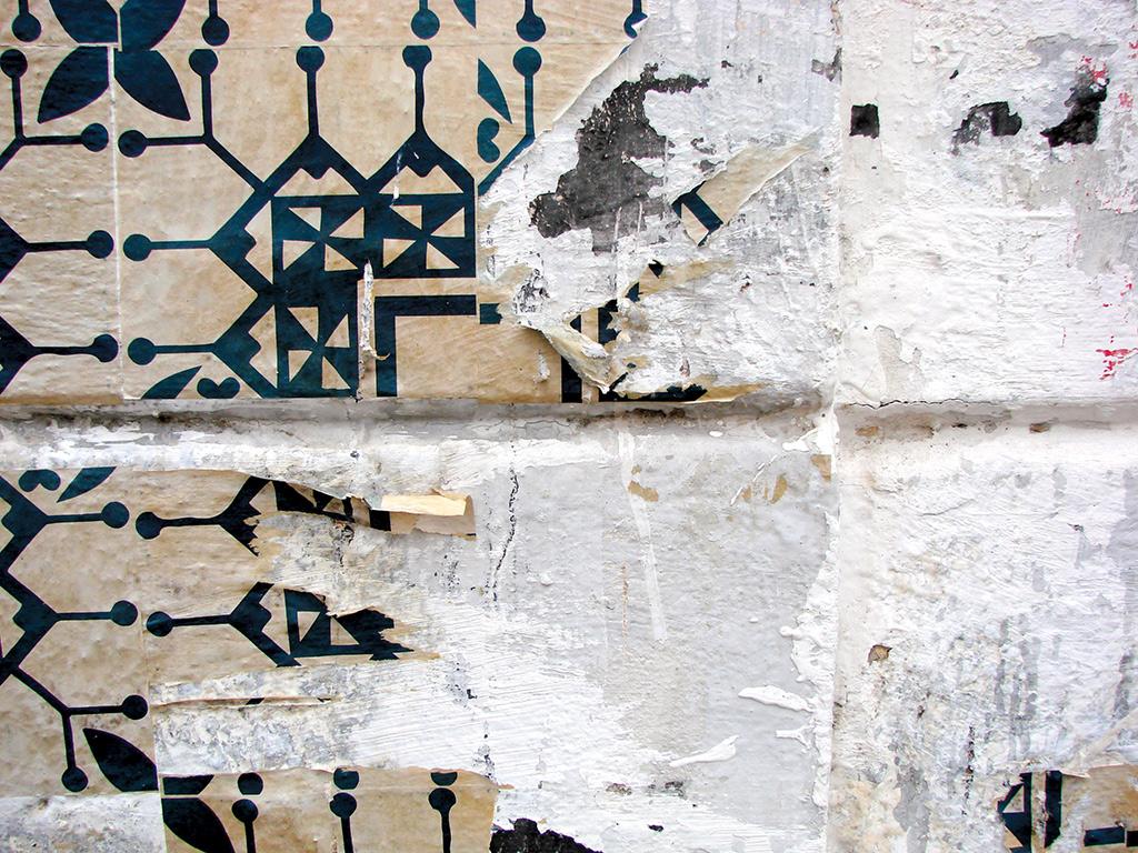 Azulejo de Papel rasgado em fachada de casa abandonada (Coletivo Poro)