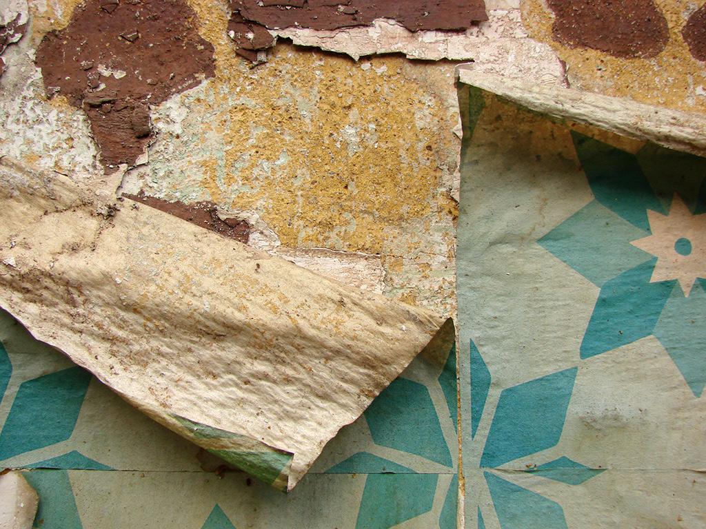 Os Azulejos de Papel se transformam em uma outra camada das paredes e mostram a ação do tempo (Grupo Poro)
